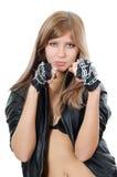 Das schöne Mädchen in einer Lederjacke mit einer Kette Stockfoto