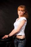 Das schöne Mädchen in einer weißen Weste Lizenzfreie Stockfotos
