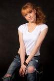 Das schöne Mädchen in einer weißen Weste Stockfoto