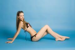 Das schöne Mädchen im Bikini Stockfotos