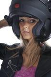 Das schöne Mädchen mit einem Motorradsturzhelm lizenzfreies stockbild