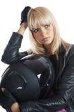 Das schöne Mädchen mit einem Motorradsturzhelm stockfoto