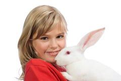 Das schöne Mädchen mit einem weißen Kaninchen Lizenzfreie Stockfotos