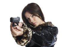 Das schöne Mädchen mit einer Pistole Stockfoto