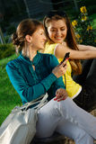 Das schöne Mädchen mit mit Mobiltelefon Lizenzfreies Stockfoto