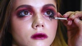 Das schöne Mädchenhandeln bildet, bildet Künstlerarbeit stock video footage