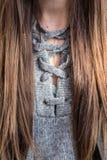Das schöne modische overesized Grau schnüren sich oben Strickjacke Lizenzfreie Stockfotografie