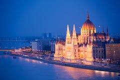 Das schöne Parlament sehen in Budapest nachts an Stockfoto