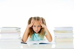 Das schöne Schulmädchen, das versucht zu studieren, kann das Fahren ihr verrücktes in den leistungsschwachen Kindern der Motivati stockfotos