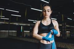 Das schöne und geeignete weibliche Kämpfererhalten bereitete sich für den Kampf oder die Ausbildung vor lizenzfreie stockfotografie