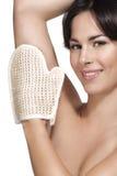 Das schöne Zutreffen der jungen Frau scheuern Handschuh auf ihrer perfekten Haut lizenzfreies stockfoto