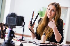Das Schönheit Blogger-Archivierungsvideo für ihr Blog oder vlog Lizenzfreies Stockfoto