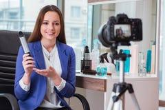Das Schönheitsmode Blogger-Aufnahmevideo Lizenzfreies Stockbild
