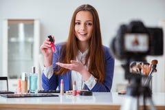 Das Schönheitsmode Blogger-Aufnahmevideo Stockbild
