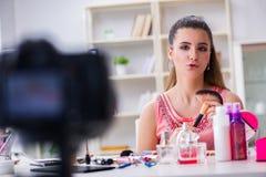 Das Schönheitsmode Blogger-Aufnahmevideo für Blog Lizenzfreies Stockfoto