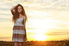 Das Schönheitsporträt auf dem Sonnenuntergang stockbilder