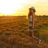 Das Schönheitsporträt auf dem Sonnenuntergang lizenzfreies stockfoto
