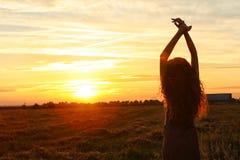 Das Schönheitsporträt auf dem Sonnenuntergang Stockfoto
