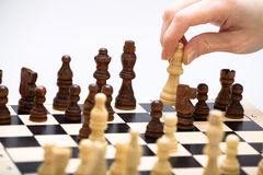 Das Schachspiel und eine Hand Lizenzfreie Stockfotografie