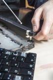 Das Scharnier abschraubend, laufen Sie auf den Laptopschirm auf dem Computerservice weg lizenzfreies stockfoto