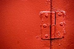 Das Scharnier, das im Rot gemalt wird, ist nah lizenzfreie stockfotos