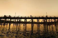 Das Schattenbild alter Holzbrücke Brückeneinsturz Brücke über dem Fluss und Holzbrücke (Montag-Brücke) am sangklaburi, kanchana lizenzfreies stockbild