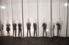 Das Schattenbild der Männer hinter dem Vorhang im Theater auf Stadium, der Schatten ist hinter den Kulissen dem Weiß und dem bla  lizenzfreie stockfotografie
