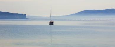 Das Schattenbild des Bootes der Abstieg auf der ruhigen blauen Meeresoberfläche Bucht Lizenzfreies Stockbild