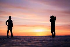 Das Schattenbild des Fotografen und des Mannes an Stockfotos