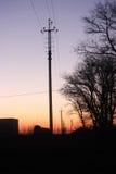 Das Schattenbild des Strompfostens in der Dämmerung Stockfotografie