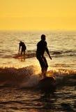 Das Schattenbild des Surfers bei Sonnenuntergang stockfotos