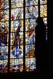 Das Schattenbild einer Statue nimmt über einem Fenster in einer Kirche Gestalt an (Frankreich) Stockbilder
