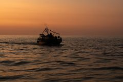 Das Schattenbild eines Schiffssegelns auf dem Meer stockfotos