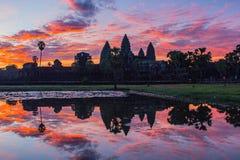 Das Schattenbild von Angkor Wat vor Sonnenaufgang Lizenzfreies Stockfoto