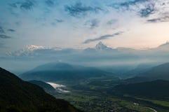 Das Schauen über dem Pokhara-Tal in den Himalaja und die Fische binden Berg von Sarangkot bei Sonnenaufgang an stockfotos