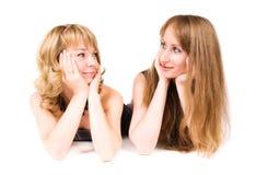 Das Schauen mit zwei Frauen gehen sich Stockfotos