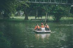 Das schaufelnde Boot Lizenzfreies Stockfoto