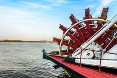 Das Schaufelrad und der Fluss lizenzfreie stockbilder