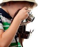 Das Schießen des kleinen Jungen auf der Retro- Fotokamera Stockfotografie