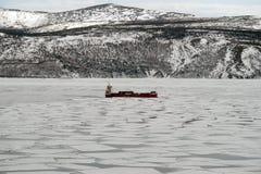 Das Schiff am Anker in der Bucht von Nagaevo Stockfotos
