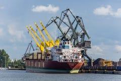 Das Schiff auf dem Kai Lizenzfreies Stockfoto