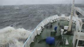 Das Schiff geht auf die großen Wellen stock footage