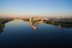 Das Schiff ist auf dem Fluss bei Sonnenuntergang Stockfotos