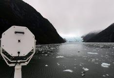 Das Schiff kommt den Garibaldi-Fjord in das Archipel von Tierra del Fuego Lizenzfreies Stockfoto