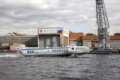 Das Schiff ` Meteor ` bewegt sich entlang Neva River Lizenzfreies Stockfoto