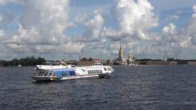 Das Schiff ` Meteor-143 `, das im Wasser des Neva-Flusses auf dem Hintergrund der Festung treibt St Petersburg, Russland stock video