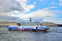 Das Schiffstragflügelboot schwimmt auf den Neva-Fluss auf dem Hintergrund von Lizenzfreie Stockfotos