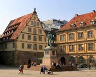 Das Schiller-Monument im Quadrat nahe von historischen Gebäuden Stiftsfruchtkasten und Prinzenbau lizenzfreie stockfotos