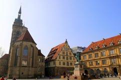 Das Schiller-Monument im Quadrat nahe von historischen Gebäuden, Stuttgart, Deutschland lizenzfreie stockbilder