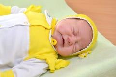 Das schlafende Baby in einer gelben Kappe Lizenzfreie Stockfotografie